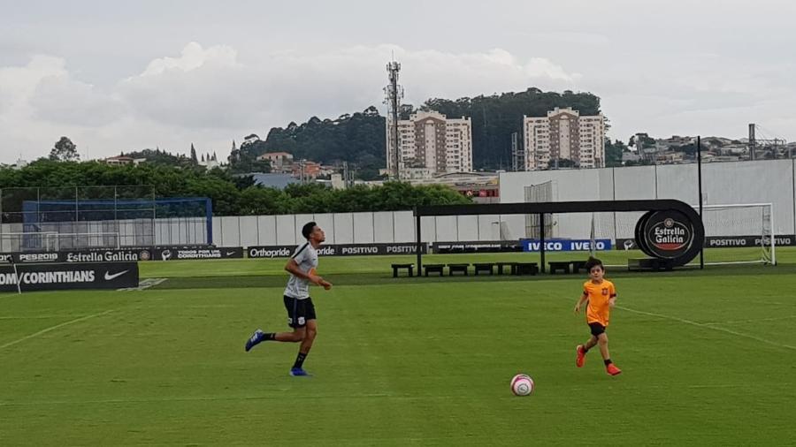 Gustagol corre em torno do gramado ao lado de Henrique, filho de Fágner, durante treino  - Flávio Latif/UOL