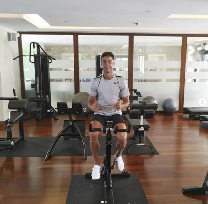 Cristiano Ronaldo faz exercício na academia mesmo de férias da Juventus