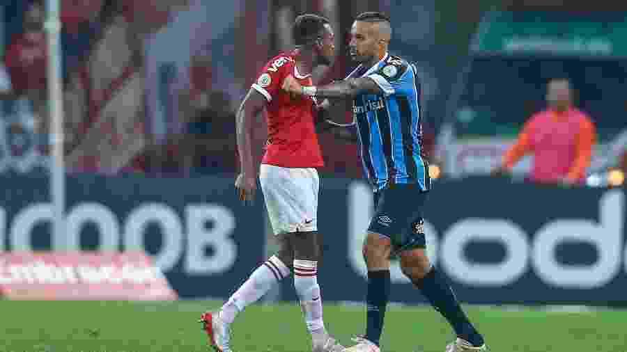 Edenílson, do Internacional, e Rômulo, do Grêmio discutem no Beira-Rio - Lucas Uebel/Getty Images