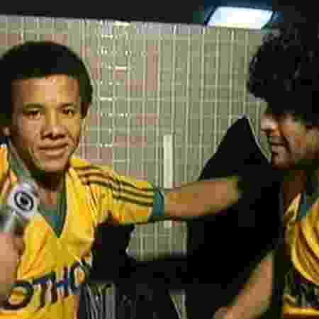 Jacozinho cumprimenta Maradona no vestiário do Maracanã durante jogo de Zico - Reprodução/TV Globo