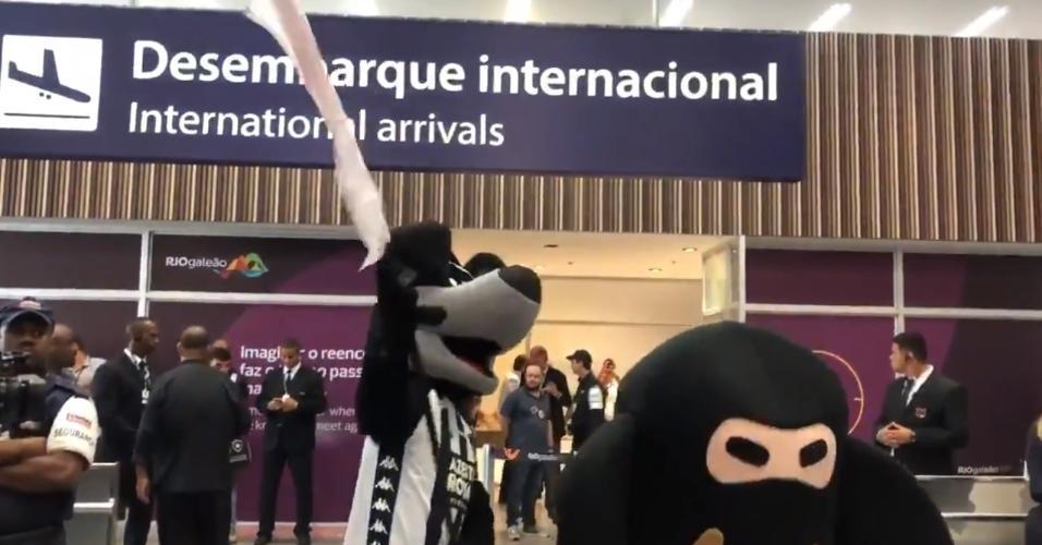 Biriba, mascote do Botafogo, dança na chegada de Honda ao Rio de Janeiro