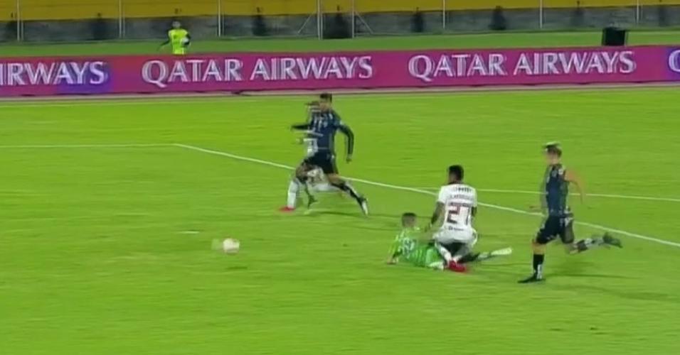 Bruno Henrique, do Flamengo, se choca com o goleiro e é retirado de maca do gramado