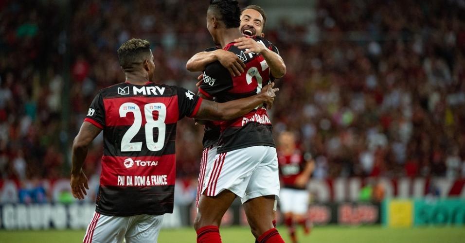 Everton Ribeiro e Bruno Henrique comemoram gol contra o Botafogo