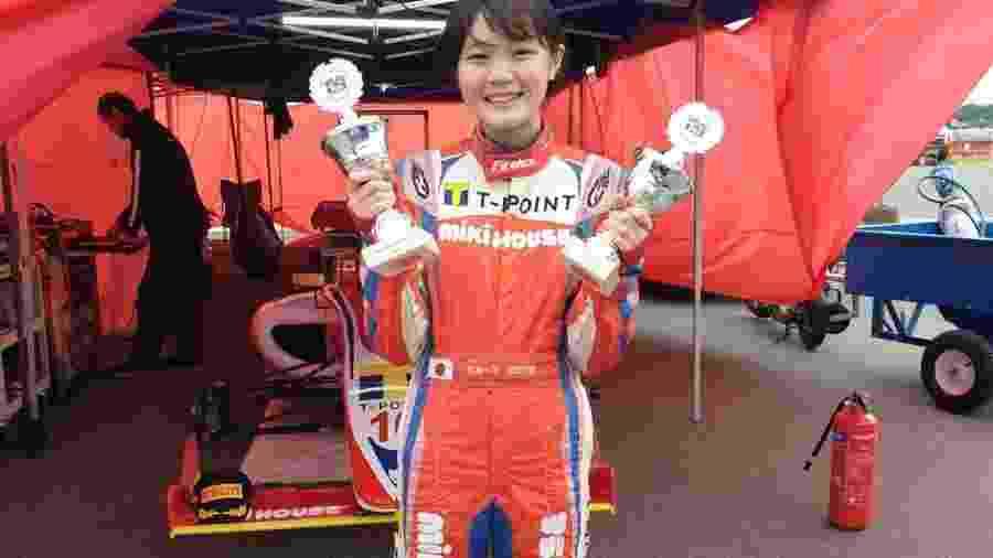 A japonesa Juju Noda posa com seus troféus do Campeonato Dinamarquês de F4 - Noda Team