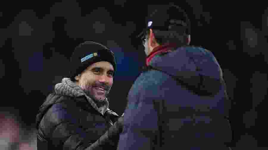 Guardiola, técnico do Manchester City, cumprimenta Jurgen Klopp, técnico do Liverpool - Laurence Griffiths/Getty Images
