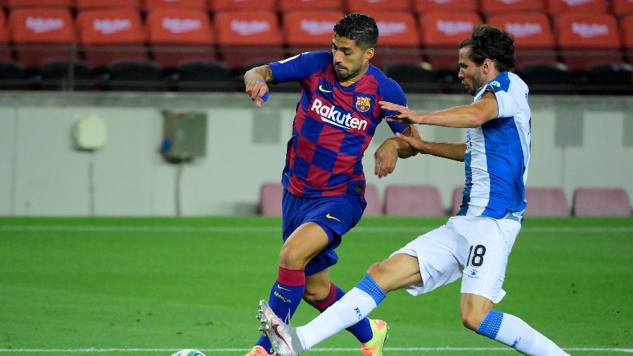 Suárez em jogada de Barcelona contra Espanyol - LLUIS GENE / AFP