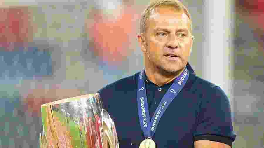 Hans-Dieter Flikc, técnico do Bayern Munique, com o troféu da Supercopa Europeia - Reprodução/Bayern Munique twitter
