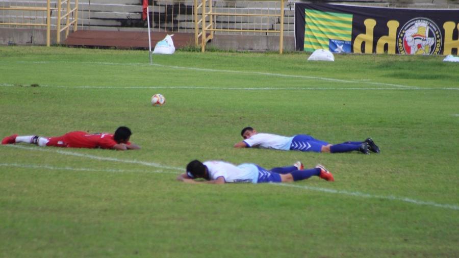 Jogadores de Ríver-PI e Parnahyba deitam no gramado para escapar de ataque de abelhas no Piauiense - REprodução/Twitter/@falafabiolima