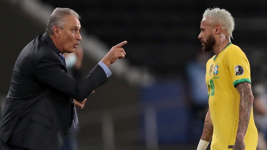 Tite orienta Neymar durante jogo da seleção brasileira contra o Peru - Buda Mendes/Getty Images