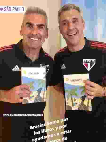 """Gustavo Nepote e Hernán Crespo com o livro """"Portugués en un abrir y cerrar de ojos"""" - Reprodução/Instagram - Reprodução/Instagram"""