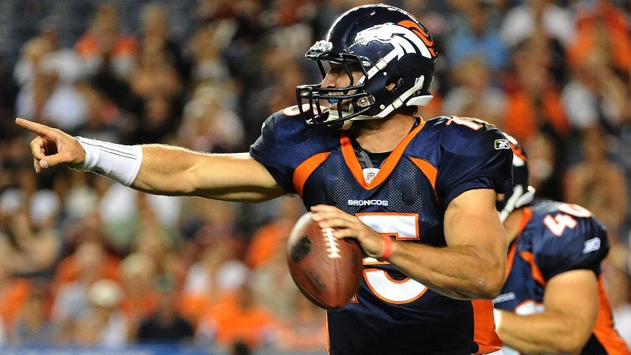 Tim Tebow em ação pelo Denver Broncos em jogo da pré-temporada da NFL contra o Seattle Seahawks em 2011 - Garrett W. Ellwood/Getty Images/AFP