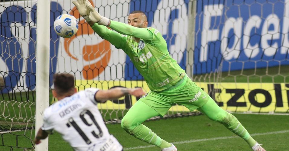 Weverton, goleiro do Palmeiras, faz defesa durante o clássico com o Corinthians, pela 22ª rodada do Brasileirão