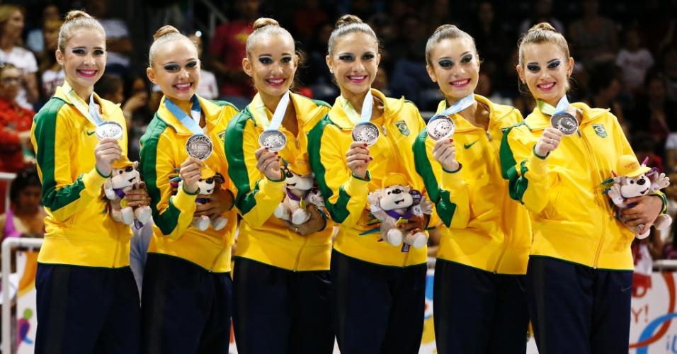 Sexteto brasileiro exibe a medalha de prata conquistada na final com arcos e maças da ginástica rítmica