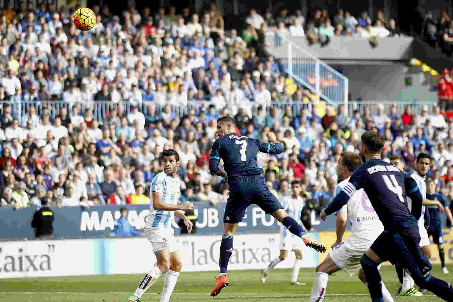 Cristiano Ronaldo cabeceia para abrir o placar para o Real Madrid, em jogo contra o Málaga no Estádio de La Rosaleda - Jorge Zapata/EFE