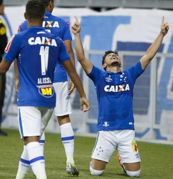 Willian comemora gol do Cruzeiro contra o Palmeiras