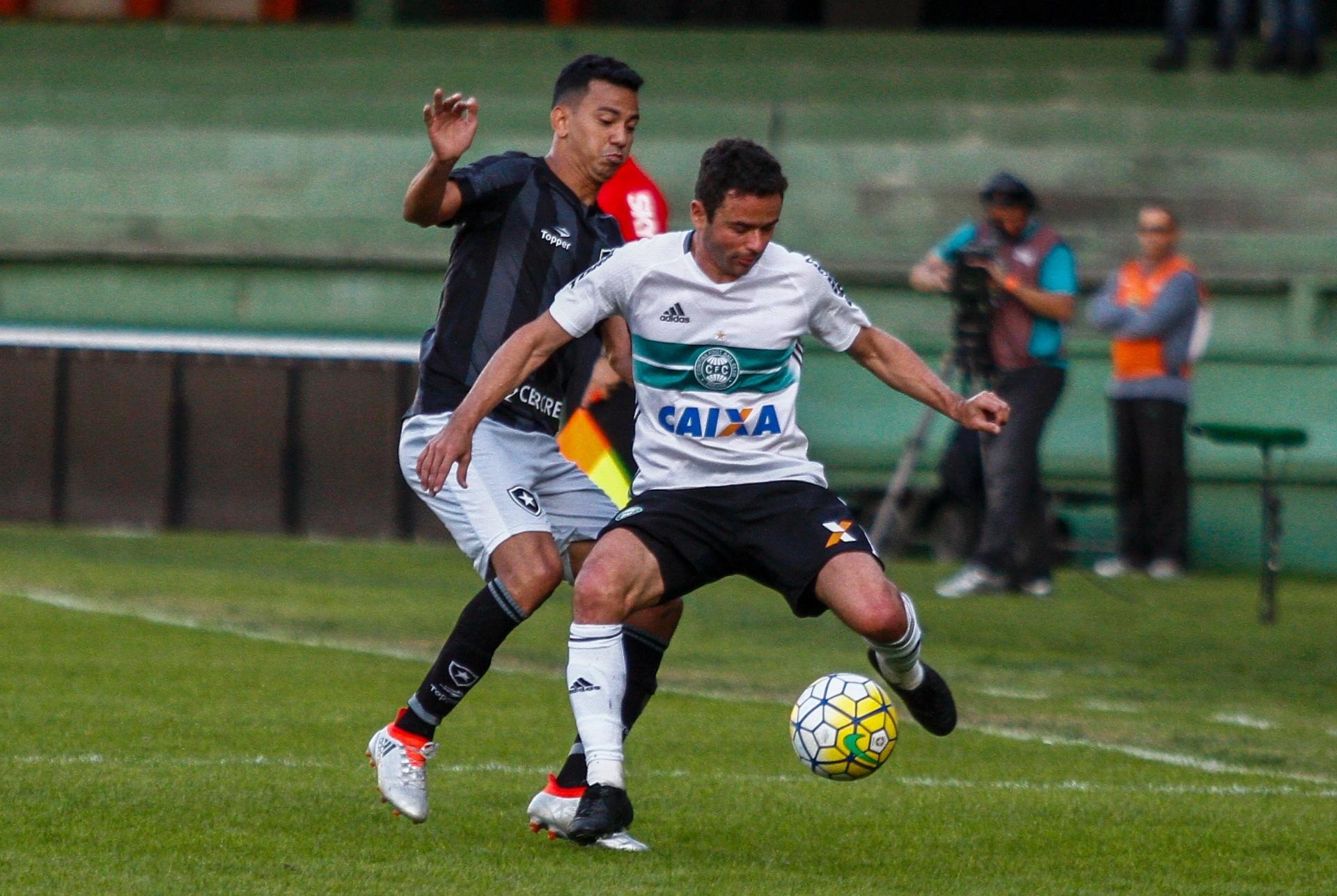 2739cdb964 Botafogo segura Coritiba com milagre de Sidão e se afasta da degola -  09 07 2016 - UOL Esporte