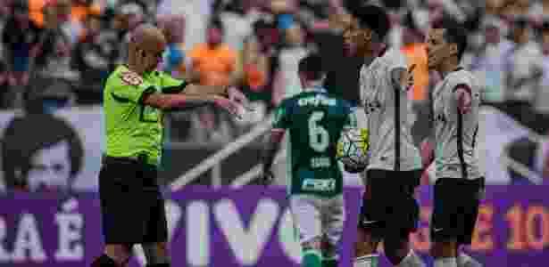 Jogadores do Corinthians reclamam de Héber no clássico paulista - Eduardo Anizelli/Folhapress - Eduardo Anizelli/Folhapress