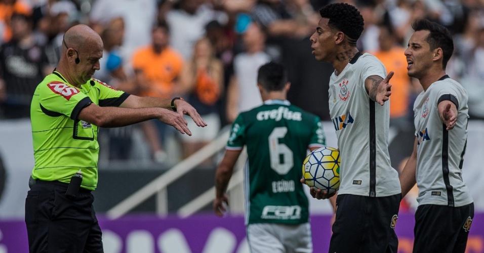 Jogadores do Corinthians reclamam de marcação do árbitro no clássico paulista