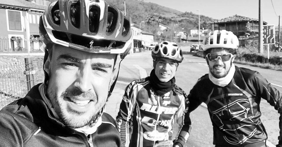 Fernando Alonso pedala com amigos para se preparar fisicamente