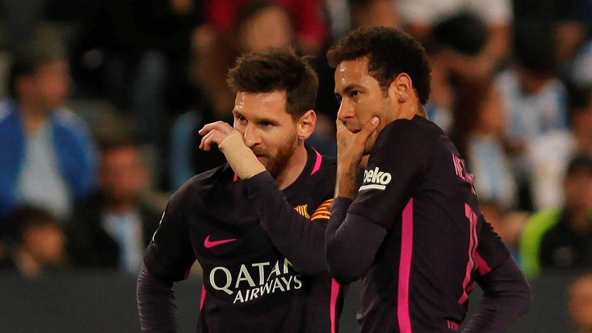 Neymar e Messi conversam no duelo do Barcelona contra o Málaga