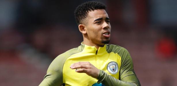 O atacante Gabriel Jesus se aquece para jogo do Manchester City