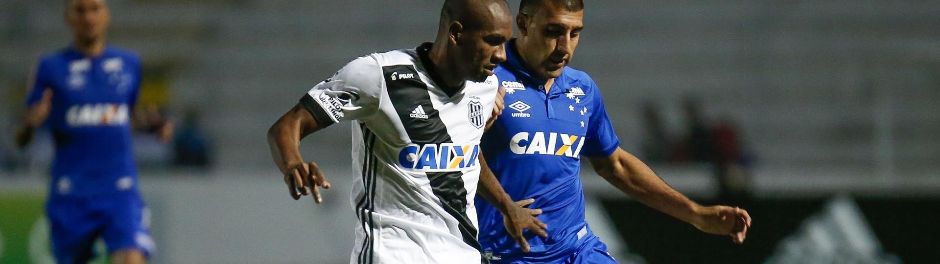Marllon, da Ponte Preta, é acompanhado por Abila, do Cruzeiro