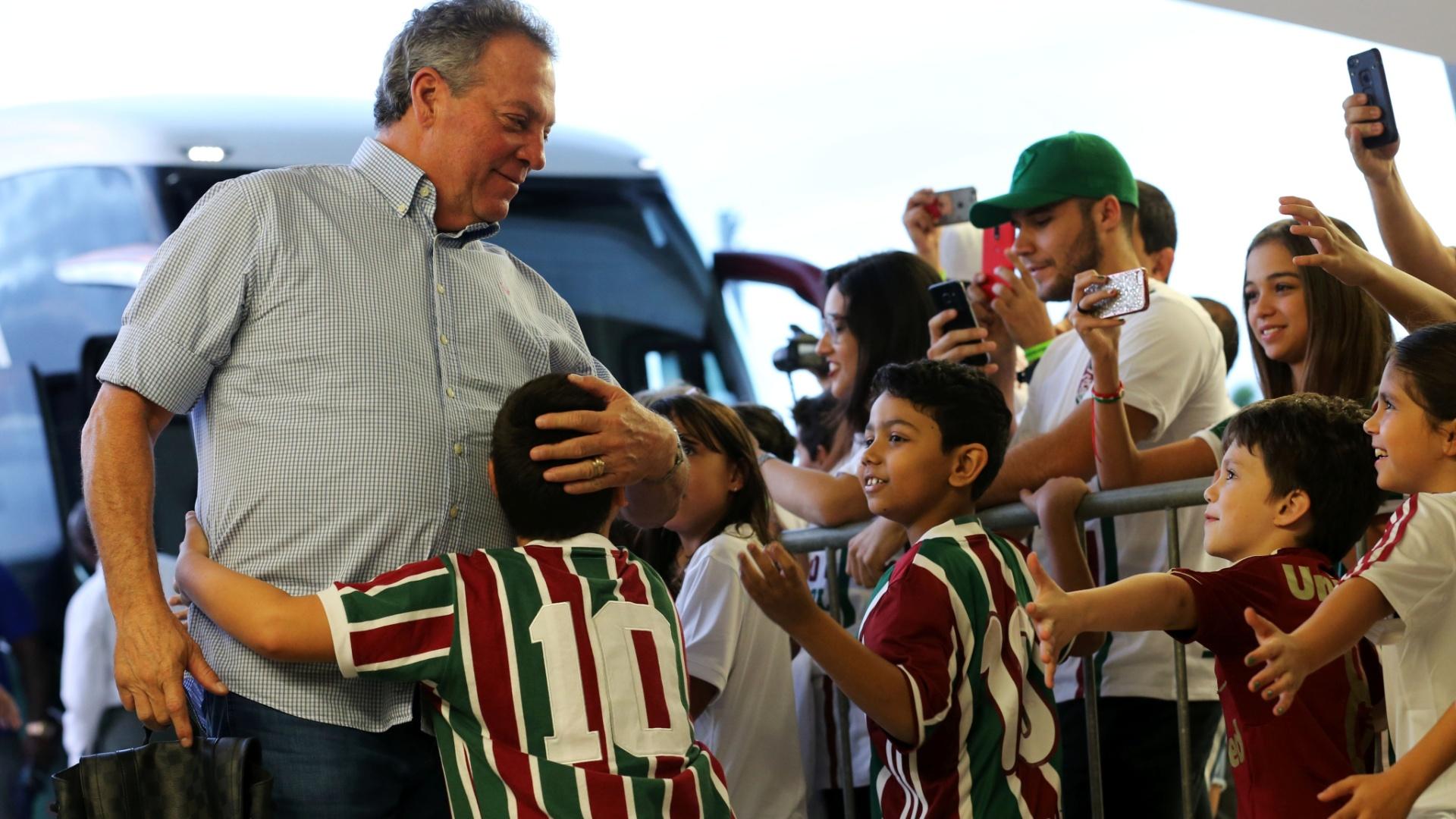Abel Braga é recebido por torcedores mirins do Fluminense antes de jogo contra o Atlético-GO no Maracanã