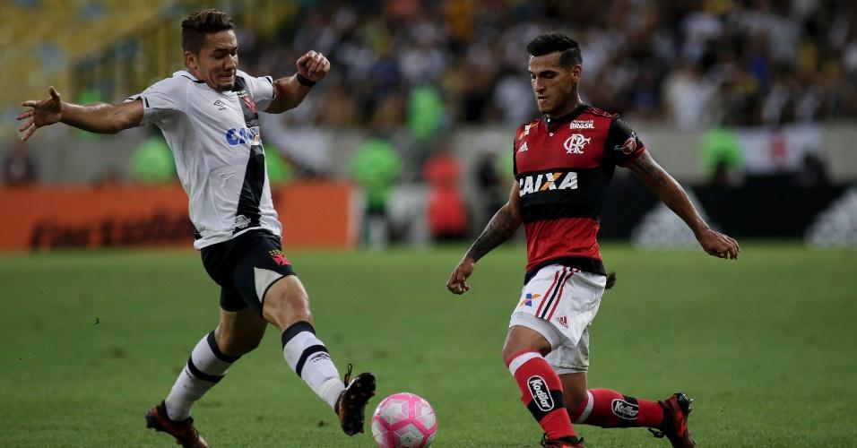 Miguel Trauco, do Flamengo, disputa lance com Jean, do Vasco, durante partida no estádio Maracanã pelo Campeonato Brasileiro