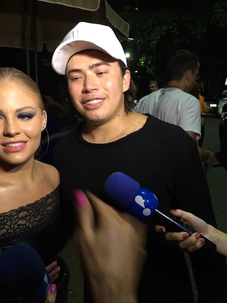 Ao lado da mulher Luiza Sonza, o youtuber Whindersson Nunes chega para festa de Rafaella, irmã de Neymar