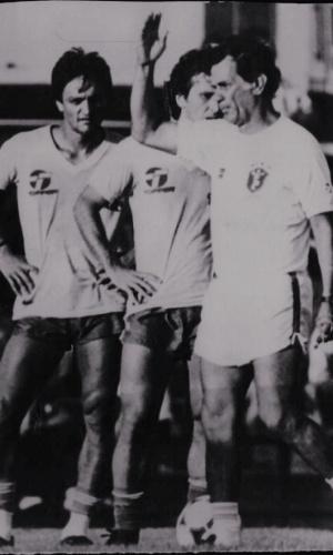 Telê Santana comanda treino do Brasil perto de Leandro e Zico, em Sevilha (Espanha)