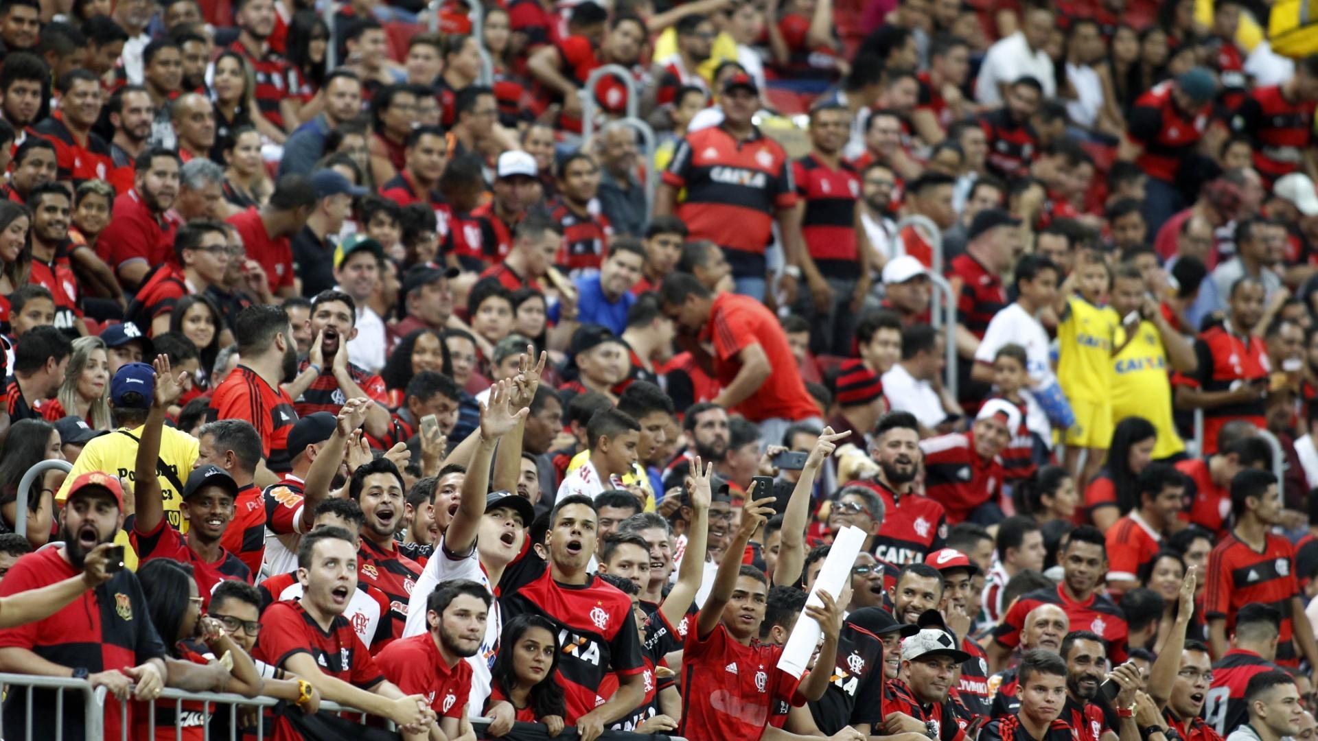 Torcida do Flamengo comparece em bom número ao Estádio Nacional Mané Garrincha para jogo contra o Fluminense pelo Campeonato Brasileiro 2018