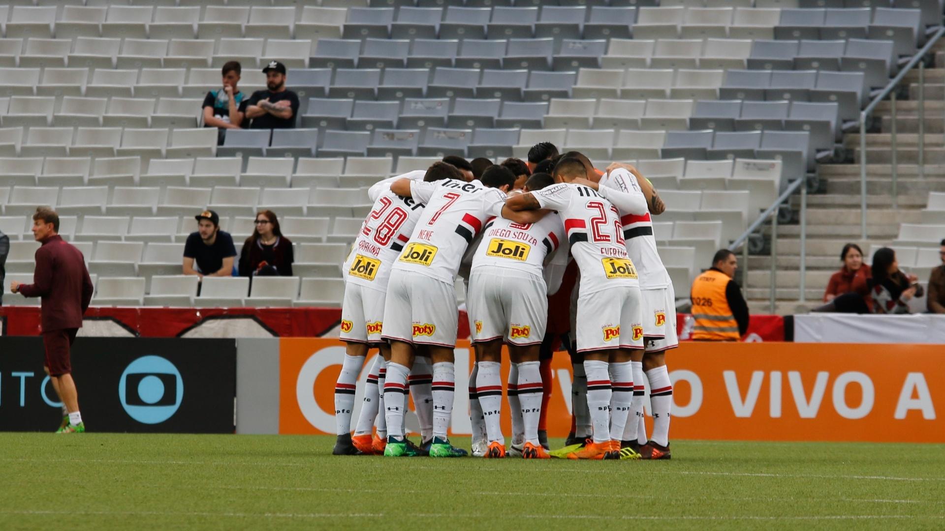 Jogadores do São Paulo reunidos antes do jogo contra o Atlético-PR na Arena da Baixada pelo Campeonato Brasileiro 2018