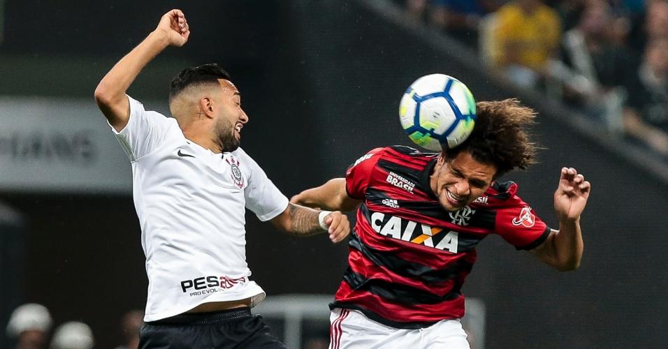 Clayson e Willian Arão disputam bola no alto durante semifinal da Copa do Brasil