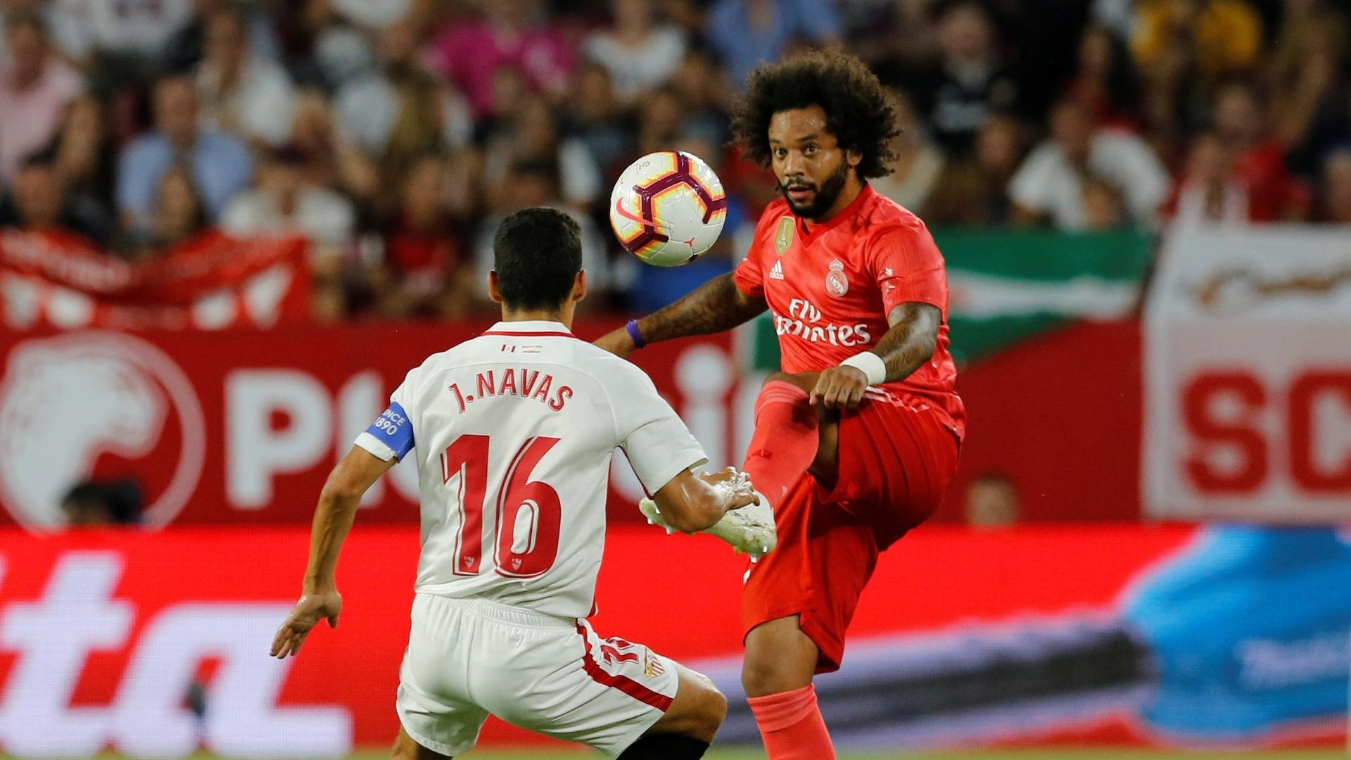 Marcelo encara a marcação de Jesus Navas no jogo entre Sevilla e Real Madrid