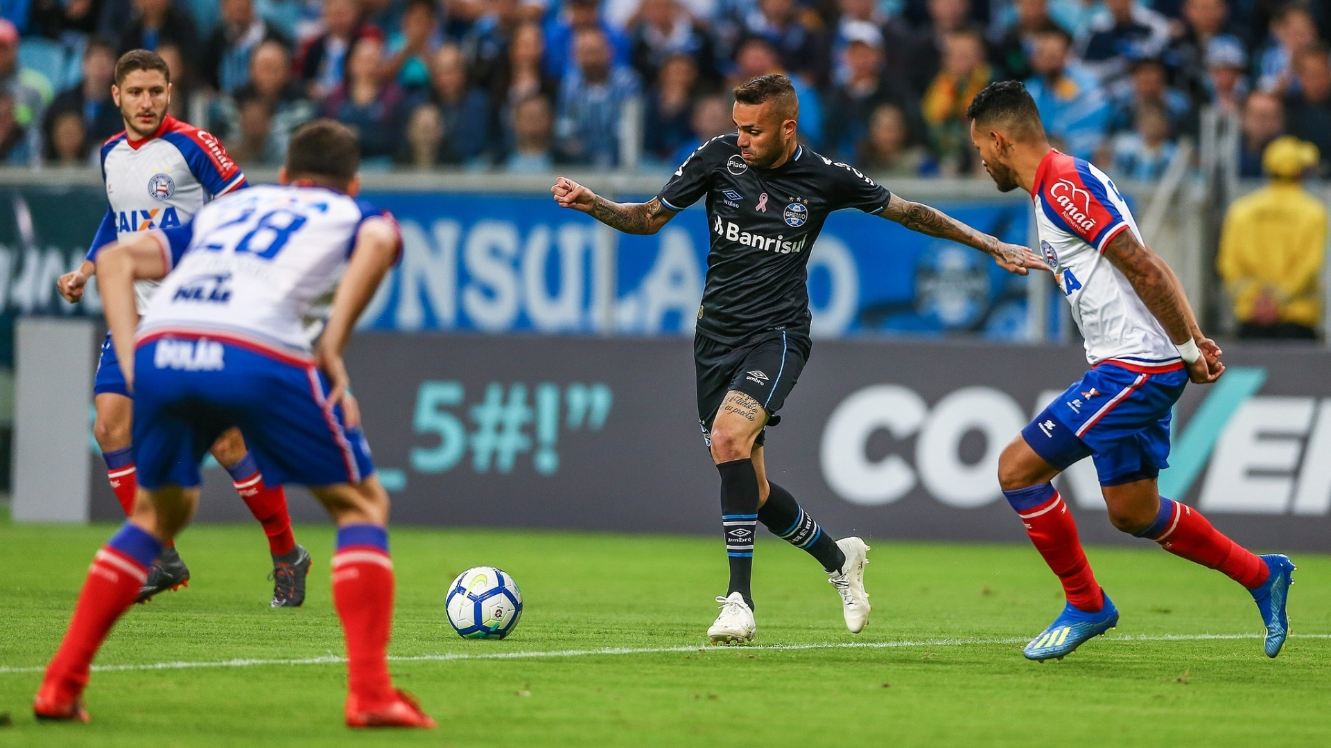 Luan carrega a bola durante jogo entre Grêmio e Bahia