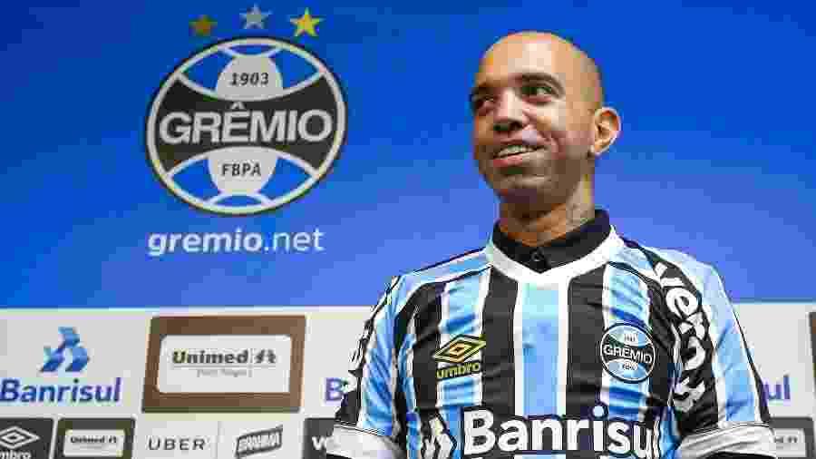 Atacante Diego Tardelli pode herdar posto de Ramiro no time titular do Grêmio  - Lucas Uebel/Grêmio