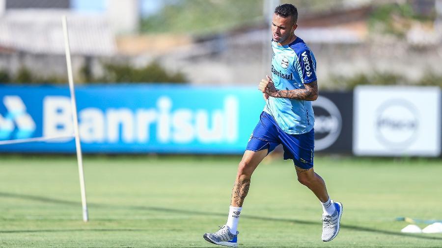Meia-atacante levou pancada, terminou treino mancando, mas afirma estar 100% - Lucas Uebel/Grêmio