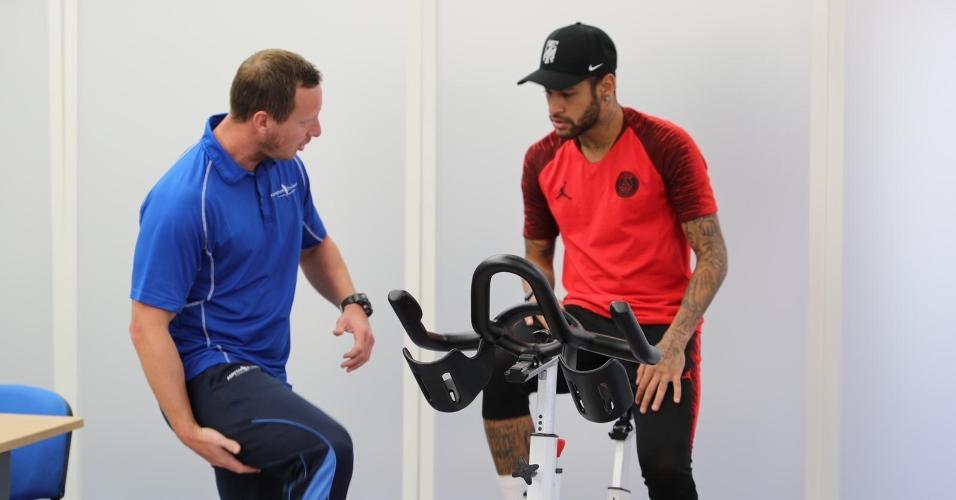 Neymar passa por exames em Doha (Qatar) para avaliar recuperação de fratura em quinto metatarso do pé direito