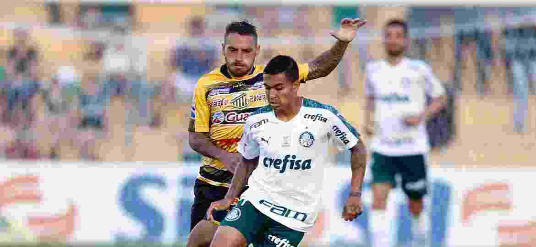 Dudu tenta se livrar da marcação durante partida entre Novorizontino e Palmeiras no Campeonato Paulista - Thiago Calil/AGIF