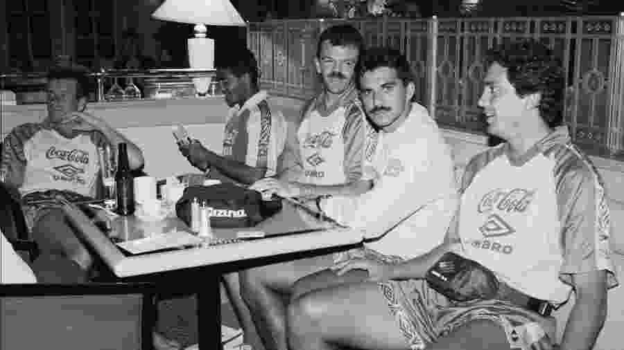 Dunga, Romário, Gilmar, Ricardo Rocha e Branco no hotel antes da semifinal contra a Suécia: a cerveja não era problema - Pisco Del Gaiso/Folha Imagem