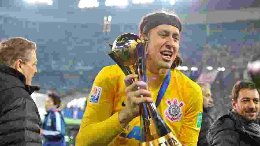 Cássio levanta a taça do Mundial de Clubes da FIFA após o Corinthians vencer o Chelsea -  KAZUHIRO NOGI/AFP