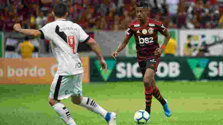 Bruno Henrique, do Flamengo, carrega a bola e é observado por Marquinho, do Vasco - Alexandre Vidal / Flamengo