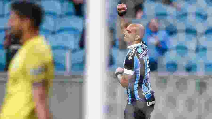 Diego Tardelli, atacante do Grêmio, recebe apoio de companheiros de clube - Divulgação/Site oficial do Grêmio