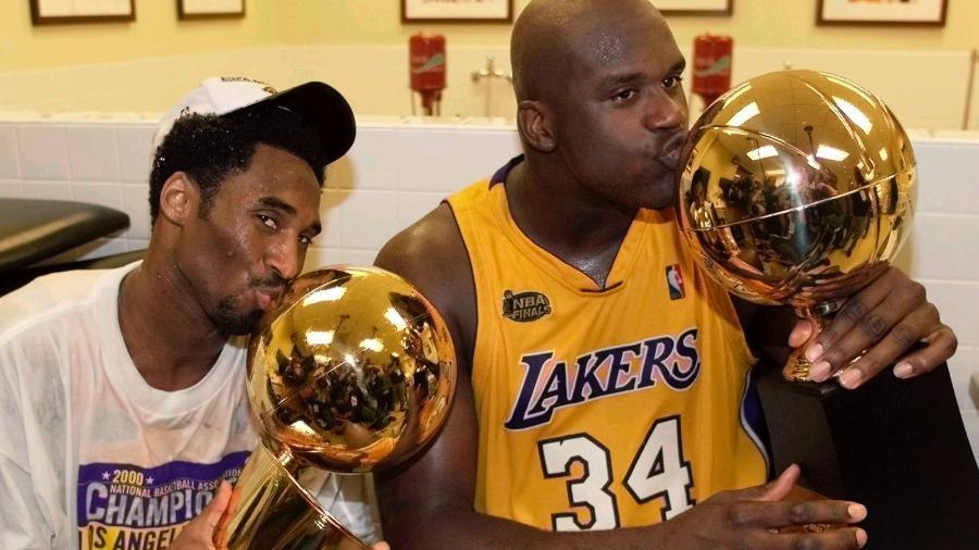 """Kobe Bryant beija troféu de campeão da NBA e Shaquille O""""Neal repete o gesto no troféu de MVP após final contra Indiana Pacers, em 2000 - Mike Blake/Reuters"""