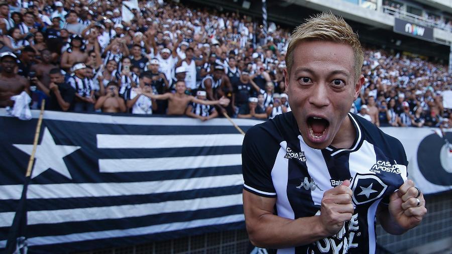 Honda vibra e exibe escudo do Botafogo em sua apresentação no Nilton Santos - Vitor Silva/BFR