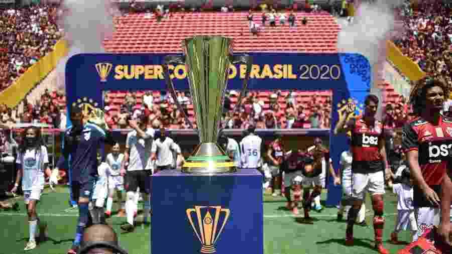 Jogadores de Flamengo e Athletico-PR entram em campo para Supercopa - Andre Sousa Borges/CBF