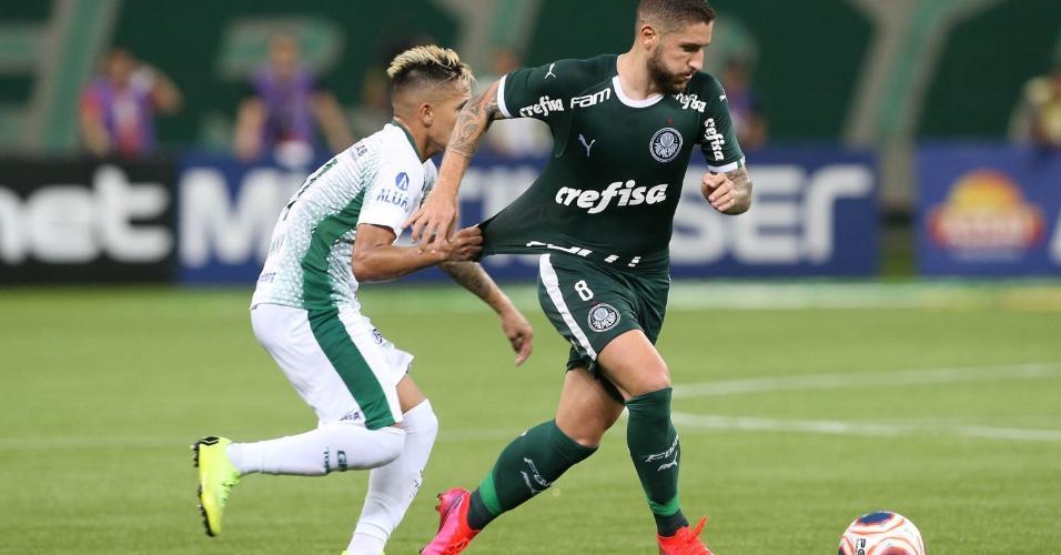 Zé Rafael carrega a bola na partida entre Palmeiras x Guarani