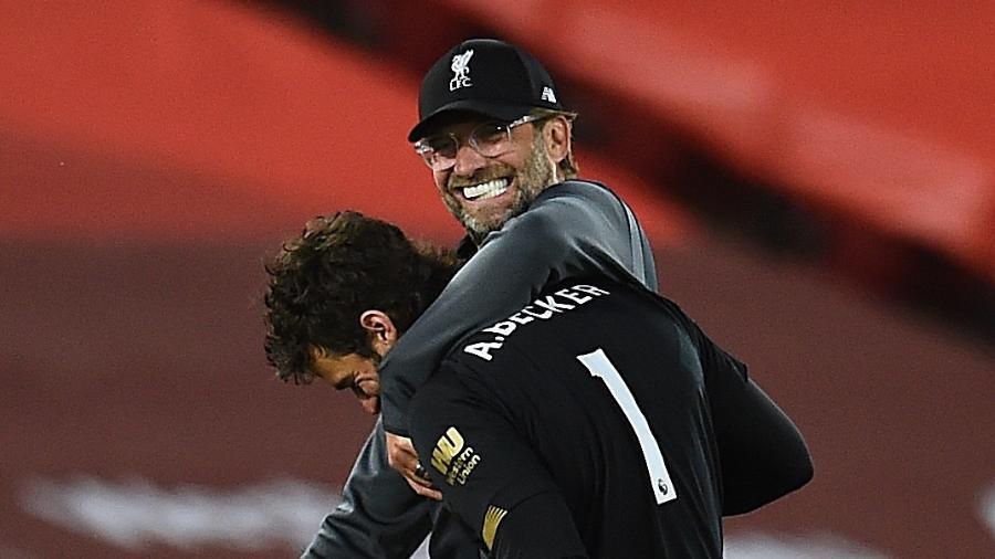Jurgen Klopp, técnico do Liverpool, abraça o goleiro brasileiro Alisson - Andrew Powell/Liverpool FC via Getty Images