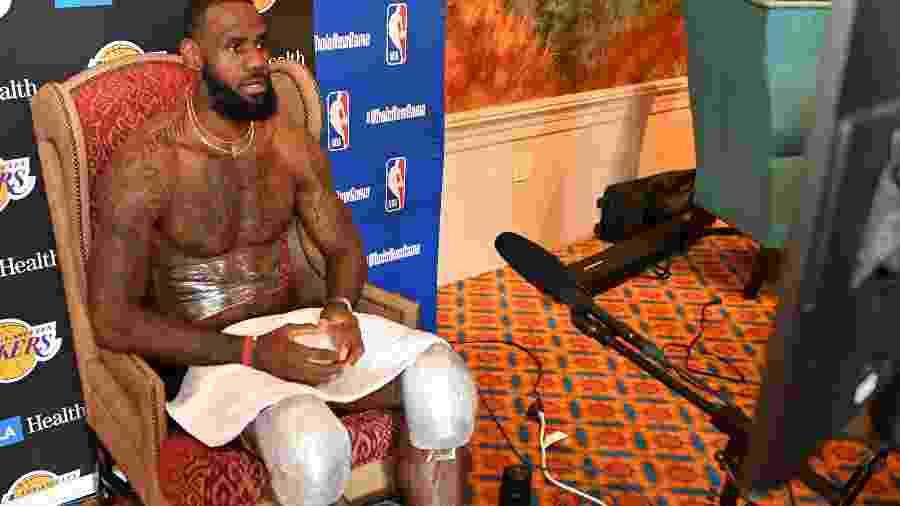 LeBron James dá entrevista após treino dos Lakers na bolha da NBA - Jesse D. Garrabrant/NBAE via Getty Images