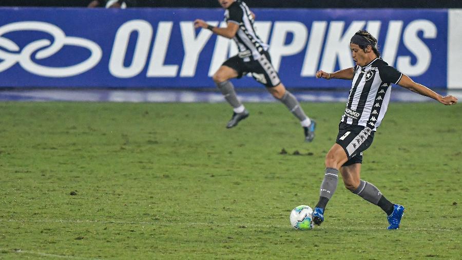 Honda, do Botafogo, em campo contra o Santos, no Nilton Santos - Thiago Ribeiro/AGIF